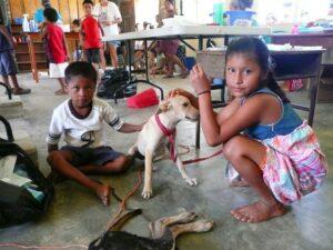 Des jeunes enfants et leur chien au village maya de Red Bank, Belize