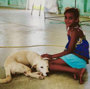 assistante à la clinique vétérinaire de Sarteneja, Belize