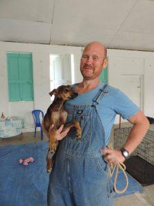 Bénévole indispensable à la clinique vétérinaire de la FAVI à Sarteneja, Belize