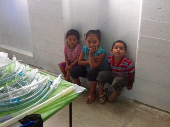 Enfants à notre clinique vétérinaire de la FAVI à Sarteneja, Belize