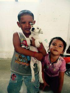 Enfants de Sarteneja avec leur chiot