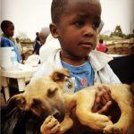 Un enfant et son chien en Tanzanie