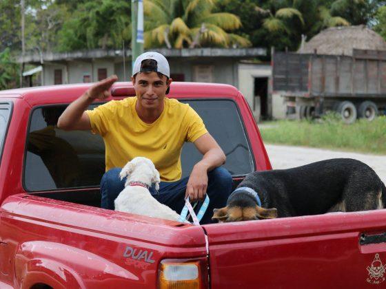 Retour à la maison dans le village maya de Patchakan au Belize