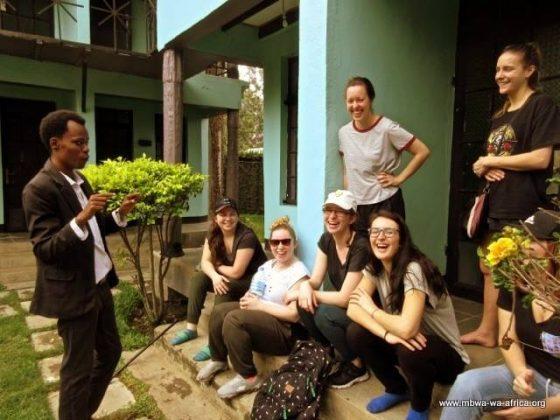 Il faut apprendre quelques mots en Kiswahili, la langue officielle de la Tanzanie. Wilfred, responsable du volet éducatif, est un excellent professeur!