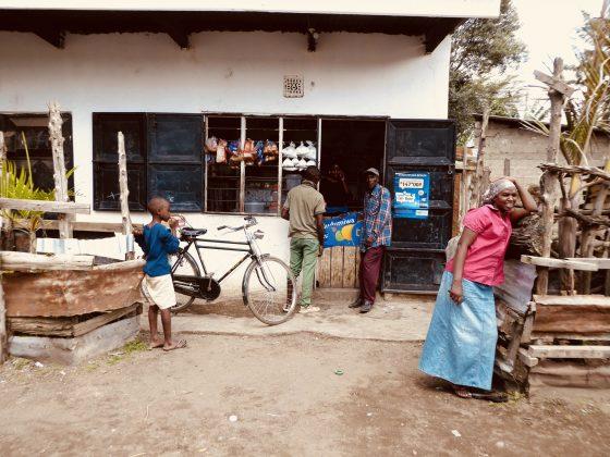 Notre voisin à la clinique, un dépanneur tanzanien.