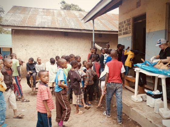 Clinique du dimanche dans une école en Tanzanie