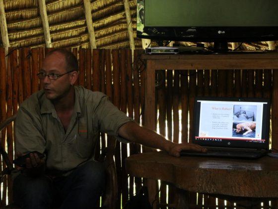 Jens de Mbwa Wa Africa explique aux étudiantes les effets dévastateurs de la rage
