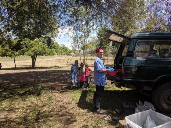 Lavage des instruments de chirurgie à la clinique FAVI en Tanzanie
