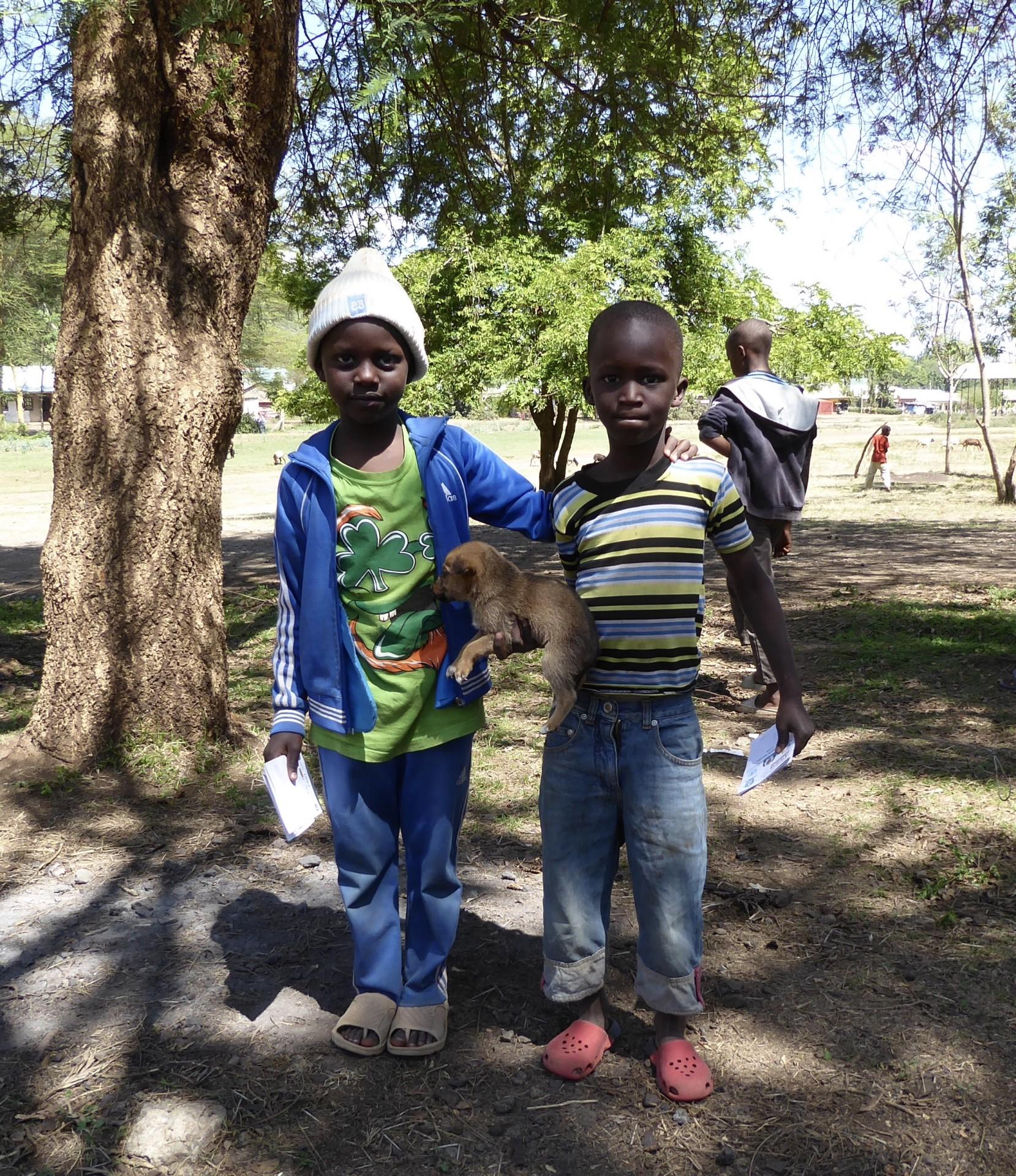 Jeunes enfants tanzaniens et leur chiot à la clinique de la FAVI