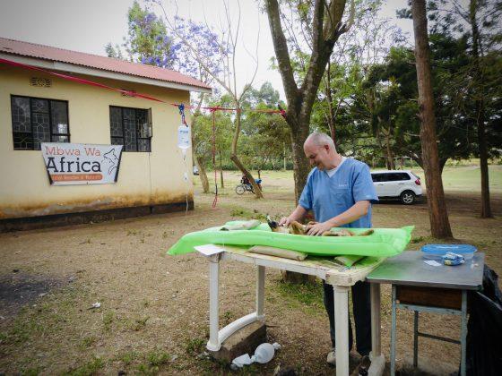 Alain, un bénévole de la FAVI assiste en chirurgie