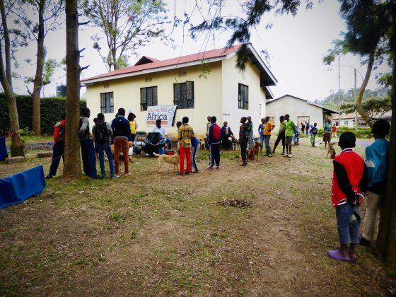 Clinique FAVI en plein air en Tanzanie