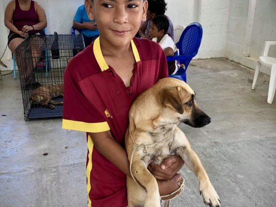 L'attente à la clinique vétérinaire FAVI Sarteneja, Belize