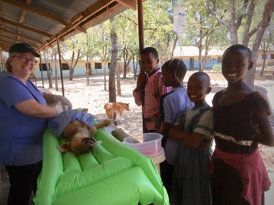 En chirurgie sur le balcon de l'école en Tanzanie