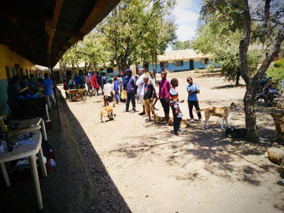 Salle d'attente alors que nous effectuons nos chirurgies sur le balcon de l'école en Tanzanie