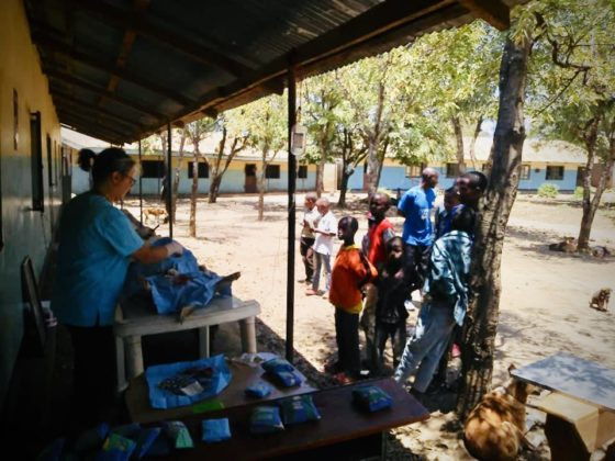 Chirurgie sur le balcon d'une école primaire en Tanzanie