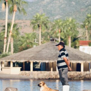 Un homme et son chien à Loreto, Baja California, Mexique