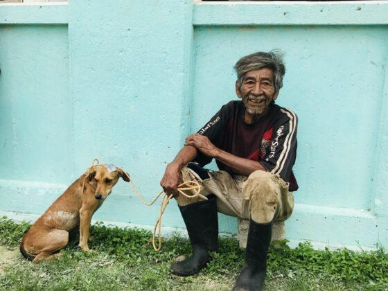 Un villageois et son petit chien à la clinique FAVI à Sarteneja , Belize