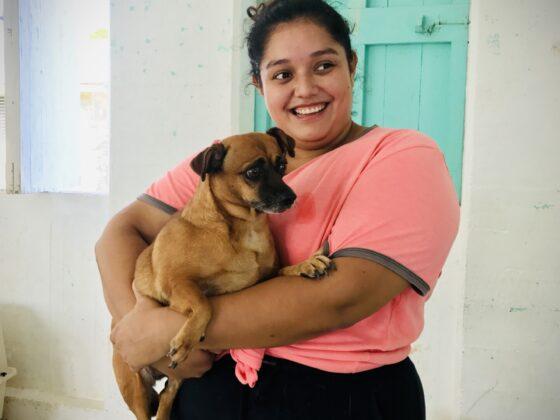 Une belizienne et son petit chien à la clinique de la FAVI à Sarteneja