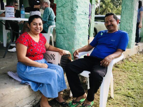Un couple et leur chat à la clinique FAVI au Belize