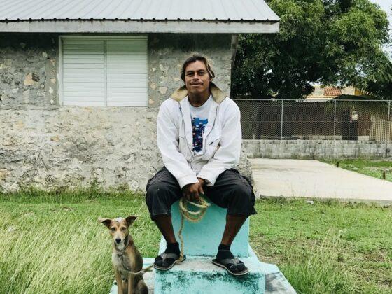 Un villageois et son chien à la clinique FAVI à Sarteneja , Belize