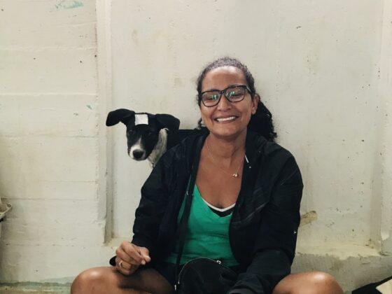 Une belizienne et son chien à la clinique FAVI de Sarteneja