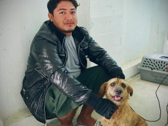 Un belizien et son chien attendent leur tour à la clinique de la FAVI