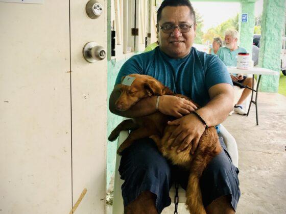 Un belizien et son chien à la clinique FAVI à San Joaquin, Belize