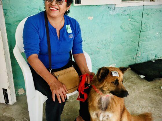 Une belizienne et son chien à la clinique FAVI à San Joaquin, Belize