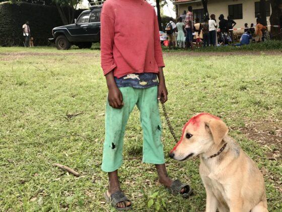 Un enfant et son ami chien à la clinique FAVI en Tanzanie
