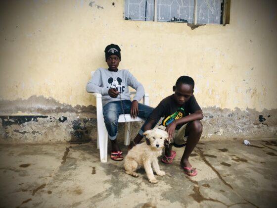 Les enfants et leur ami chien à la clinique FAVI en Tanzanie