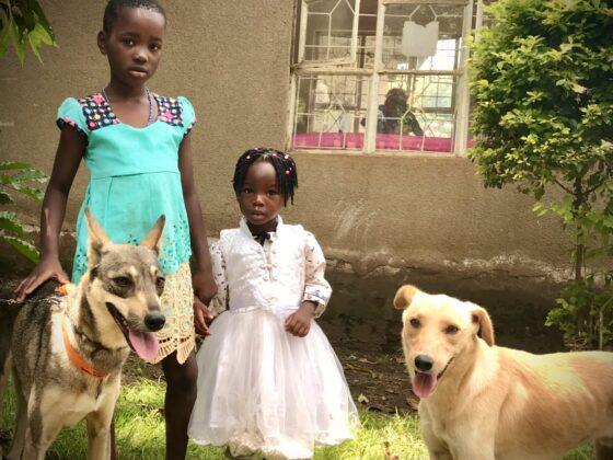 Deux enfants à la clinique FAVI en Tanzanie