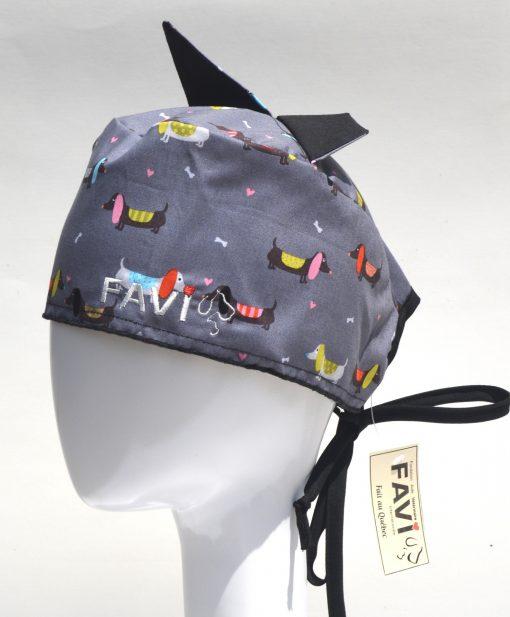 chapeau de chirurgie avec oreilles-chiens saucisses sur fond gris